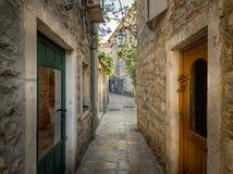 Calle vieja del estrecho de la ciudad de Budva Fotos de archivo libres de regalías