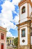 Calle vieja del guijarro con las casas y la iglesia en arquitectura colonial imagen de archivo