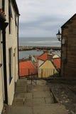 Calle vieja en un pueblo del harbourside, North Yorkshire Imagenes de archivo