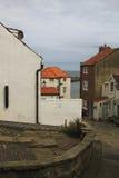 Calle vieja en un pueblo del harbourside, North Yorkshire Imágenes de archivo libres de regalías
