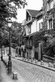 Calle vieja encantadora de la colina de Montmartre en blanco y negro parís Foto de archivo
