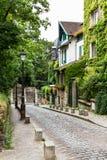 Calle vieja encantadora de la colina de Montmartre París, Francia Fotos de archivo libres de regalías