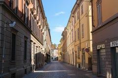 Calle vieja estrecha del centro de ciudad histórico Piacenza, Italia fotos de archivo