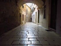Calle vieja y estrecha en fractura, Croacia foto de archivo