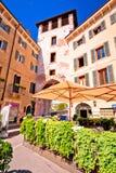 Calle y café italianos en la opinión de Verona Imágenes de archivo libres de regalías