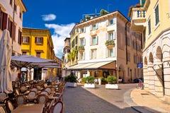 Calle y café italianos en la opinión de Verona Fotografía de archivo