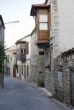 Calle y casa viejas en Alacati, Foto de archivo