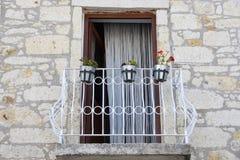 Calle y casa viejas en Alacati Estado, creatividad, Ä°zmir Turquía foto de archivo libre de regalías