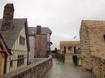 Calle y casas en Mont del Saint-Michel, Normandía, Francia Imagenes de archivo