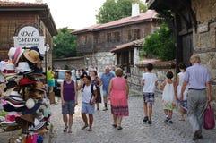 Calle y casas típicas en la ciudad vieja de Nesebar Imagen de archivo