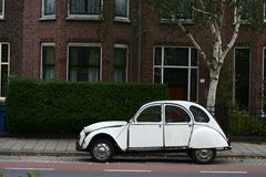 Calle y coche viejos Fotografía de archivo libre de regalías