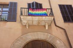 Calle y edificio viejo con la bandera del arco iris en el centro de ciudad histórico de Palma Mallorca, España 30 06 2017 Imagenes de archivo