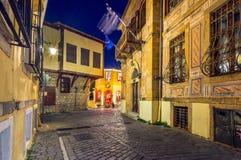 Calle y edificios estrechos pintorescos en la ciudad vieja de Xanthi, Grecia imagen de archivo libre de regalías