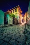 Calle y edificios estrechos pintorescos en la ciudad vieja de Xanthi, Grecia foto de archivo