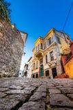 Calle y edificios estrechos pintorescos en la ciudad vieja de Xanthi, Grecia imágenes de archivo libres de regalías
