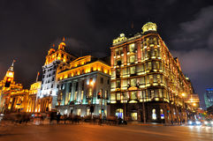 Calle y edificios, Shangai, China de la noche Fotos de archivo libres de regalías