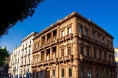 Calle y edificios típicos en viejo estilo, Catania, Sicilia, Ital foto de archivo libre de regalías