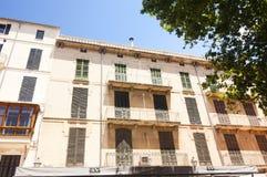 Calle y edificios viejos en el centro de ciudad histórico de Palma Mallorca, España 30 06 2017 Imagen de archivo libre de regalías