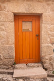 Calle y entrada de madera anaranjadas de la puerta Fotos de archivo libres de regalías