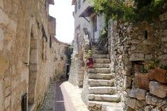Calle y escaleras en la ciudad europea vieja de Eze cerca Niza de Francia C Foto de archivo