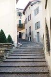 Calle y esquinas estrechas en el pueblo italiano pintoresco Imagenes de archivo