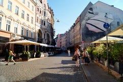 Calle y gente del centro de ciudad de Riga Imagen de archivo
