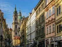 Calle y Nicolas Church de Mostecka en Praga Imágenes de archivo libres de regalías