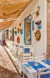Calle y restaurante de piedra hermosos en Alaçati Foto de archivo libre de regalías