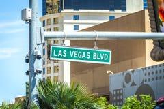 Calle y señal de tráfico del bulevar de Las Vegas Blvd imagen de archivo libre de regalías