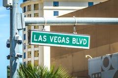 Calle y se?al de tr?fico del bulevar de Las Vegas Blvd fotografía de archivo libre de regalías