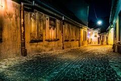 Callejón abandonado por noche, en Sibiu, Rumania Imagen de archivo