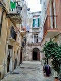 Callejón agradable en el viejo centro de ciudad - Bari, Puglia, Italia del sur imagen de archivo libre de regalías