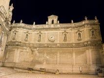 Callejón característico por la noche de Monopoli. Apulia. fotos de archivo libres de regalías