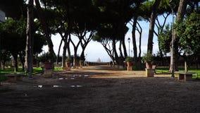 Callejón cerca del jardín anaranjado, degli Aranci, día de Roma, Italia Giardino de invierno almacen de metraje de vídeo