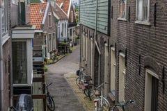Callejón clásico en el pueblo de Volendam netherlands Foto de archivo libre de regalías