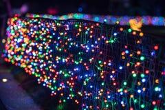 Callejón con la pared de las luces de la Navidad coloridas imágenes de archivo libres de regalías