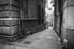 Callejón de Génova con la bicicleta fotografía de archivo libre de regalías