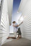 Callejón de Hugging Son In del padre entre las casas fotografía de archivo libre de regalías