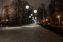 Callejón de la noche con las luces de la burbuja Imágenes de archivo libres de regalías