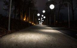 Callejón de la noche con las luces de la burbuja Fotografía de archivo libre de regalías