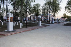 Callejón dedicado a los héroes de la guerra mundial 2, en la región de Gomel de la República de Belarús Foto de archivo