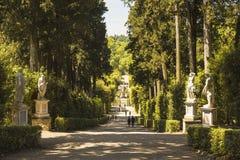 Callejón del parque con las estatuas en los jardines de Boboli Florencia imagen de archivo