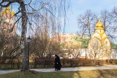 Callejón dentro del territorio pintoresco y bien mantenido del convento de Novodevichy moscú Fotos de archivo