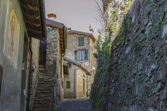 Callejón en el centro de los Imperia de Apricale, Liguria, Italia Fotos de archivo