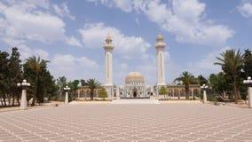 Callejón en el mausoleo delantero cuadrado Habib Bourguiba en la ciudad de Monastir, Túnez metrajes