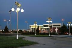 Callejón en el parque con linternas por energía solar Imágenes de archivo libres de regalías