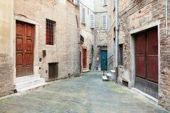 Callejón en la pequeña ciudad Italia fotos de archivo