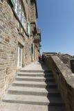 Callejón en Mont Saint Michel, Francia Imagen de archivo