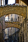 Callejón en Pistóia, Italia foto de archivo
