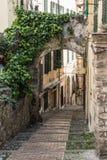 Callejón en Sanremo, Italia fotografía de archivo
